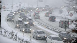 Au cœur des Alpes françaises, d'importantes chutes de neige ont paralysé le réseau routier.