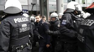 Des cadres de l'AfD, escortés par la police, devant un hôtel de Cologne où se tient leur congrès.