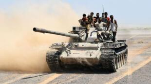 Un tank des forces gouvernementales yéménites patrouille dans la région de Bab Al-Mandeb, dans la province de Taëz.