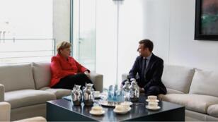 Emmanuel Macron s'est posé en défenseur de l'Europe devant Angela Merkel à Berlin le 16 mars 2017.