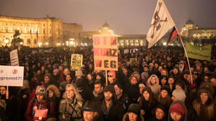 Des manifestants opposés à la présence de l'extrême droite au gouvernement autrichien, le 13 janvier 2018 à Vienne.