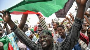 Los manifestantes sudaneses gritaron consignas durante una protesta fuera del complejo del ejército en la capital Jartum, Sudán, el 18 de abril de 2019.