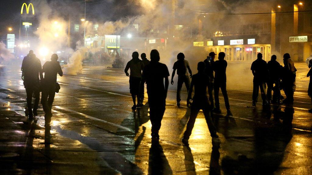 Environ 150 manifestants ont défilé après le couvre-feu dans la nuit de samedi à dimanche, à Ferguson