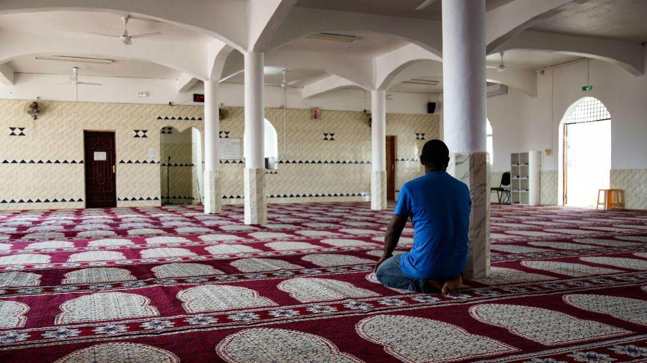 Un homme prie dans une pièce de la mosquée de Tsingoni, à Mayotte, le 14septembre2019.