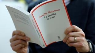 """Le livre de Camille Kouchner, """"La Familia grande"""", à Paris le 5 janvier 2021"""