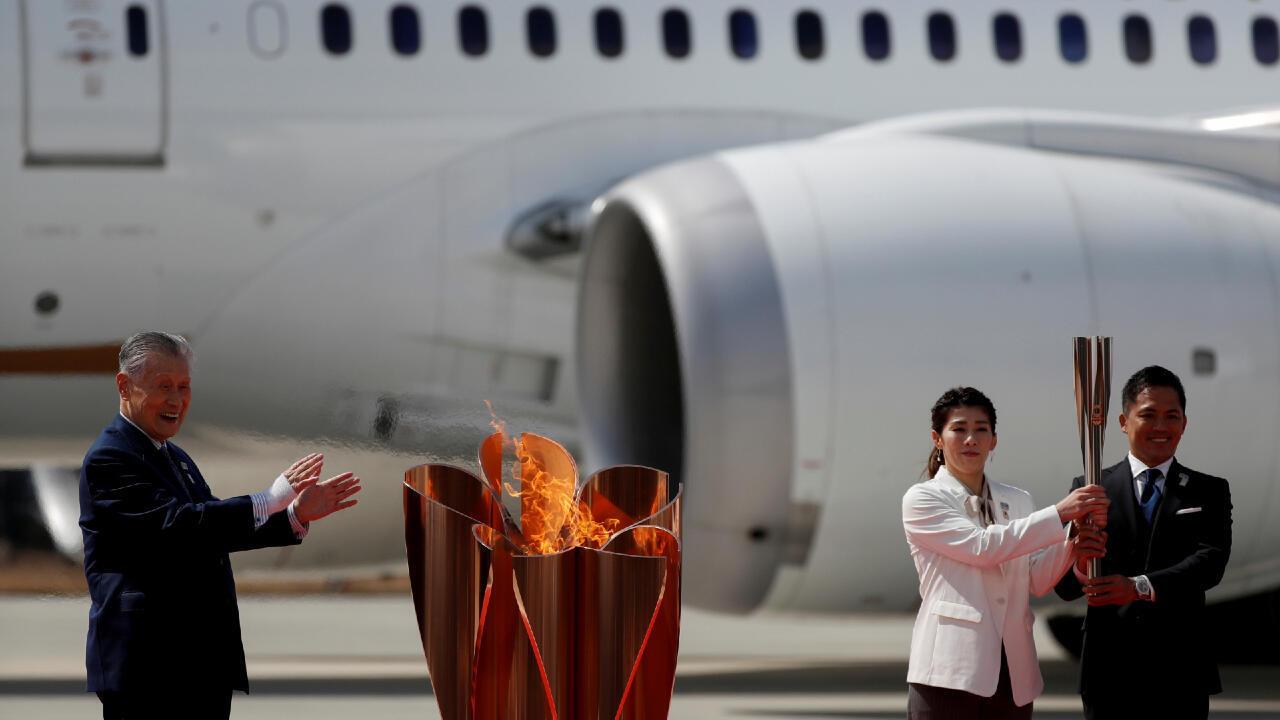 Los atletas olímpicos japoneses Tadahiro Nomura y Saori Yoshida encendieron la llama olímpica ante el presidente de los Juegos Olímpicos de Tokio 2020, Yoshiro Mori, en Matsushima, Japón, el 20 de marzo de 2020.