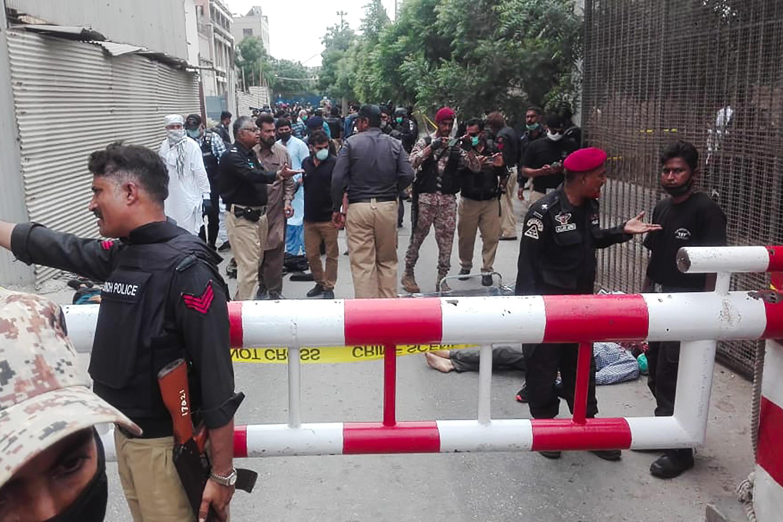 La police pakistanaise sécurise la Bourse de Karachi qui a été attaquée le 29 juin 2020.