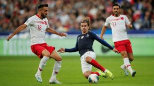 El atacante francés Antoine Griezmann en acción con los turcos Kenan Karaman e Irfan Can Kahveci en el Stade de France, en Saint-Denis, Francia, el 14 de octubre de 2019.