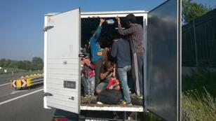 Des migrants dans un camion en Autriche, le 9 août 2015.