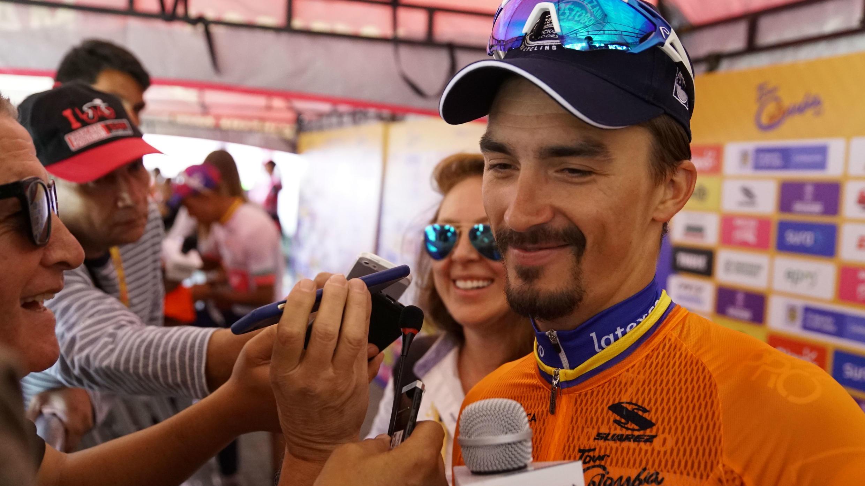 El ciclista francés Julian Alaphilippe (Deceuninck-Quick Step), con la camiseta naranja de líder provisional del Tour Colombia 2.1, habla a la prensa tras su triunfo en la quinta etapa en La Unión, Antioquia, Colombia, el 16 de febrero de 2019.