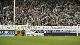 L'une des banderoles brandies par les ultras de Charleroi.