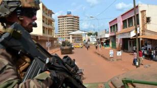 Un militaire de l'opération Sangaris patrouille dans les rues de Bangui, en mai 2015.