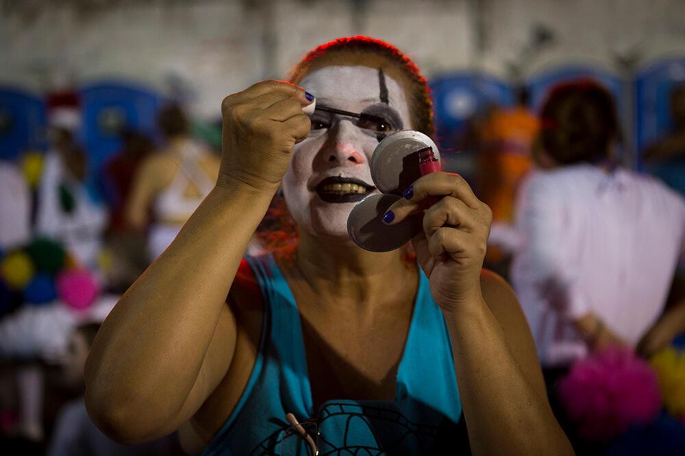Los miembros de las escuelas de samba suelen llegar al sambódromo en el transporte público con el voluminoso disfraz guardado en un saco y acaban de preparar su atuendo y maquillaje en la concentración, en las calles aledañas. (Carnaval 2019)