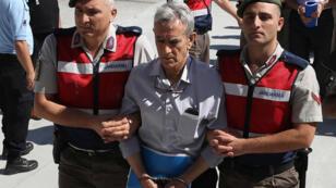 L'ancien chef de l'armée de l'air, Akin Öztürk, arrive au tribunal de Sincan, en août2017.