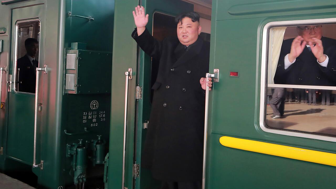 Kim Jong-un à bord de son train, le 23 février 2019, au départ de la gare de Pyongyang.