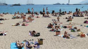 Des touristes sur une plage cannoise, le 17 mai 2014.