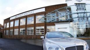 Un modelo de Bentley estacionado frente a la fábrica de la marca automovilística cerca de Crewe, al noroeste de Inglaterra