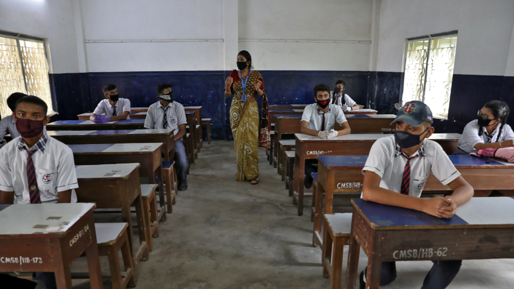 Imagen de las afueras de Calcuta, India, durante un simulacro de vuelta a clases, en pleno desconfinamiento del país.