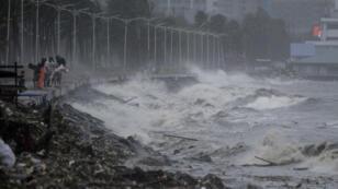 الإعصار المدمر مانكوت يصل إلى سواحل الفلبين.