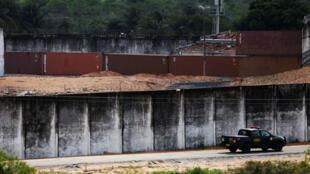 Un mur improvisé sépare deux factions de gangs, dans une prison de Natal, dans l'État du Rio Grande do Norte, le 23 janvier 2017.