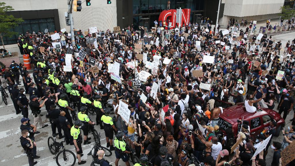 Las protestas llegaron hasta Atlanta, donde la multitud mostró su malestar contra las instalaciones de la cadena de televisión CNN.