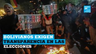 Simpatizantes de Carlos Mesa queman papeletas electorales en una protesta durante el cómputo de actas en La Paz, Bolivia, el 21 de octubre de 2019.