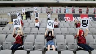 Des poupées disposées à la place de supporters dans les gradins du stade du FC Séoul lors du match de championnat contre Gwangju le 17 mai 2020