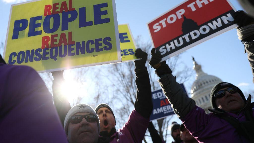 Miembros del Sindicato de Controladores Aéreos Federales protestan por el cierre parcial del Gobierno estadounidense frente al Capitolio en Washington el 10 de enero de 2019.