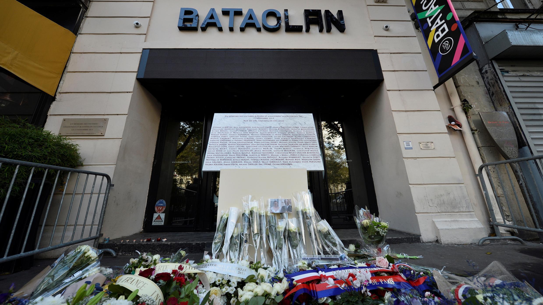 باقات من الزهور أمام مسرح باتاكلان بباريس في الذكرة الرابعة للاعتداء الذي طاله، 13 نوفمبر/تشرين الثاني 2019.