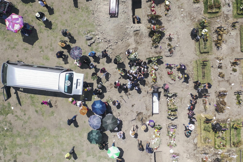 Vista aérea de dos funerales en el panteón municipal de Valle de Chalco, en el estado de México, el 5 de agosto de 2020