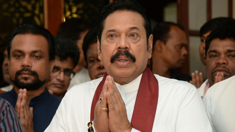El político esrilanqués Mahinda Rajapaksa en una ceremonia religiosa, después de firmar su dimisión como primer ministro de Sri Lanka, en Colombo, el 15 de diciembre de 2018.