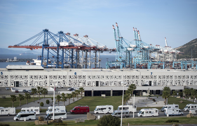 سيارات مسافرين تنتظر أمام ميناء طنجة في مارس/ آذار 2020