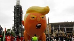 Des manifestants anti-Trump gonflent un ballon géant représentant le président américain en bébé, à Londres, le 4 juin 2019.