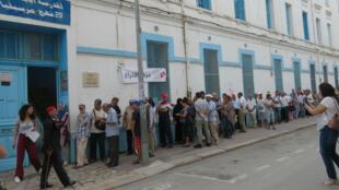 Avant l'ouverture du centre de vote de la rue de Marseille, une file d'attente d'une cinquantaine de mètres s'est formée.