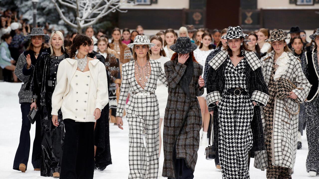 Cara Delevingne y otras modelos reaccionan durante la presentación de las creaciones de fallecido diseñador Karl Lagerfeld en el Grand Palais, en París, Francia, el 5 de marzo de 2019.