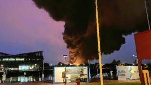 Une épaisse fumée noire se dégageait encore de l'usine Lubrizol de Rouen le matin du jeudi 26 septembre 2019.