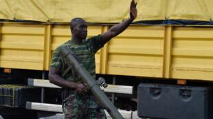 Un mutin photographié dans les rues de Bouaké, dimanche 14 mai.