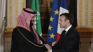 الرئيس الفرنسي ماكرون يصافح ولي العهد السعودي محمد بن سلمان، باريس، 10 أبريل/نيسان 2018.