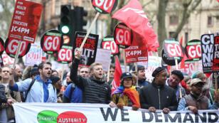 À Londres, des dizaines de milliers de manifestants ont défilé pour interpeller le gourvernement britannique, le 16 avril 2016.