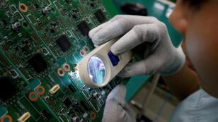 Foto de archivo de una mujer analizando unos circuitos en una empresa en la provincia de Bac Ninh en Vietnam. 30 de mayo de 2018.