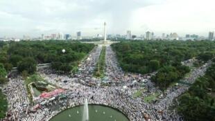 """آلاف المسلمين يتظاهرون في الحديقة الوطنية في جاكرتا ضد محافظ العاصمة """"اهوك"""" في 2 ك1/ديسمبر 2016"""