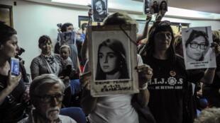 Des proches des victimes de la dictature argentine écoutent l'énoncé du verdict dans le procès d'anciens militaires, le 29 novembre 2017, à Buenos Aires.