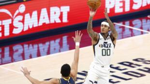 Le basketteur de l'Utah Jazz Jordan Clarkson (numéro 00) s'apprête à déclencher un tir contre les Pacers, le 7 février 2021 à Indianapolis, dans l'Indiana