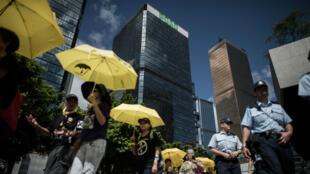 Des partisans du mouvement pro-démocratie manifestent avec des parapluies, le 17 juin 2015, à Hong Kong