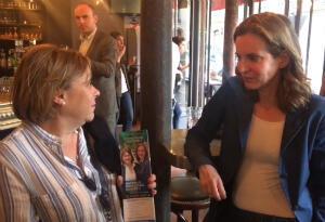 """Anita en discussion avec NKM lors du """"café politique""""."""
