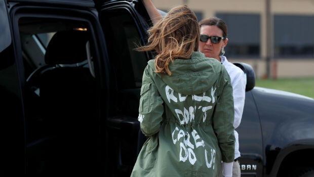"""La primera dama de EE. UU., Melania Trump, camina hacia su caravana de automóviles con una gabardina que incluye en la parte posterior la frase: """"Realmente no me importa. ¿A ti?"""", a su regreso a Washington de una visita al área fronteriza de EE. UU.con México."""
