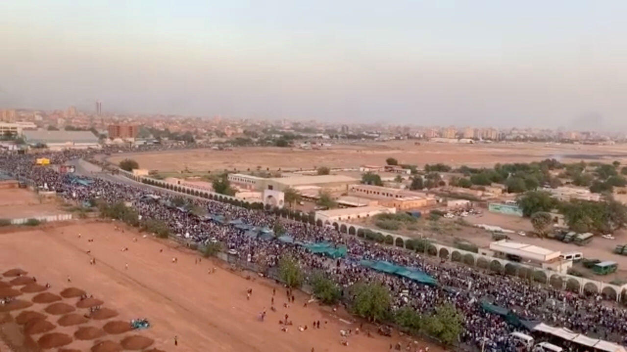 Miles de personas manifestando en Jartum, cerca a las instalaciones del ministerio de Defensa de Sudán. 9 de abril de 2019.