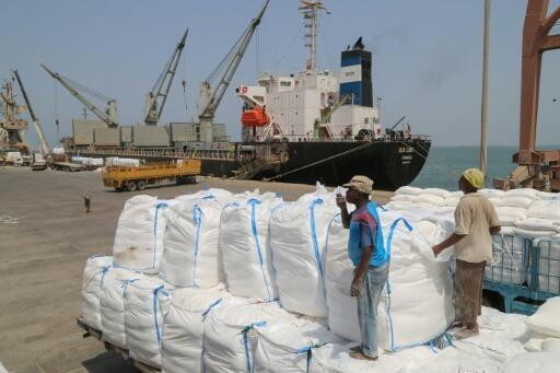 Los ciudadanos de Yemen reciben paquetes de ayuda alimentaria del Programa Mundial de Alimentos (PMA) en la ciudad portuaria yemení de Hodeida el 25 de junio de 2019.