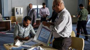 إعادة عمليات الفرز اليدوي لأوراق التصويت الخاصة بالانتخابات التشريعية بالعراق في 12 من أيار/مايو الماضي.