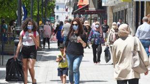 مارة في شارع الحبيب بورقيبة بوسط تونس العاصمة في 12 ايار/مايو 2020.
